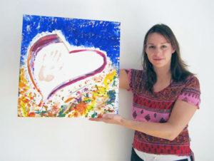 Malworkshop Teilnehmerin mit ihrem ersten selbst gemalten Acrylbild, 2006