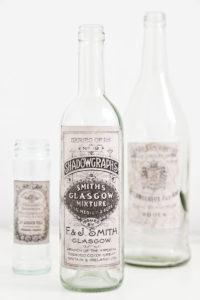 Flaschen im Vintage Look mit eingefärbten nostalgischen Etiketten