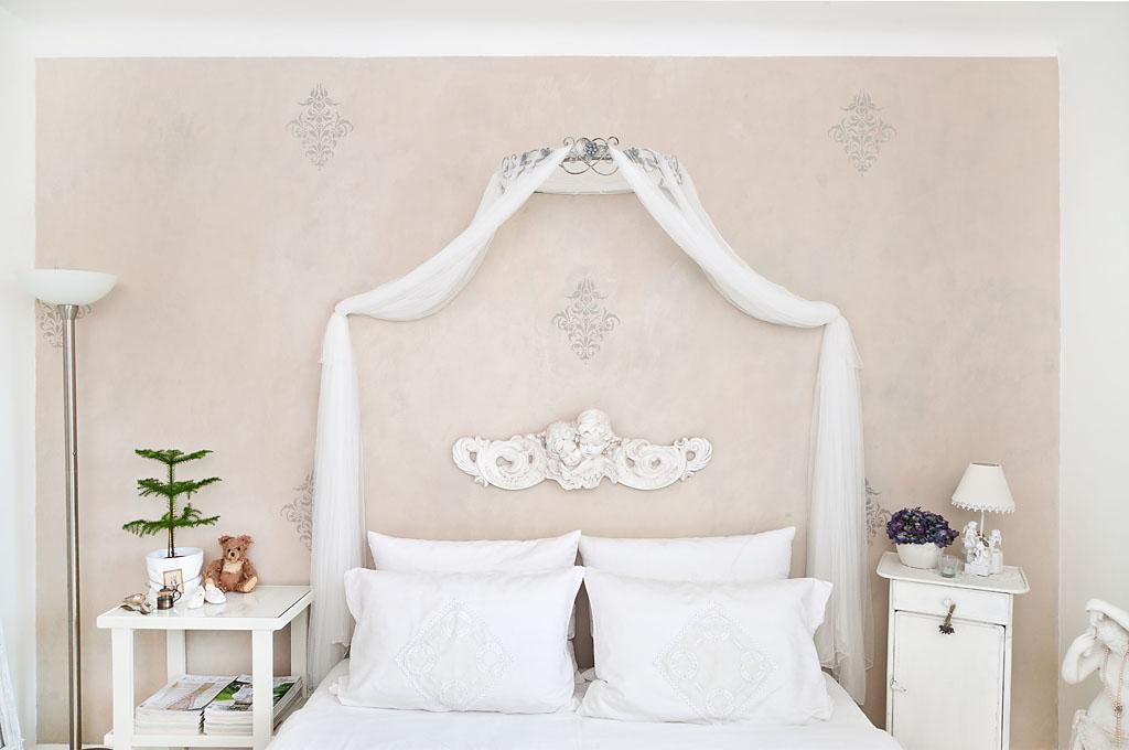 patinierte Wand, mehrschichtig mit Kalkfarben bemalt, mit Ornamenten verziert und gewachst